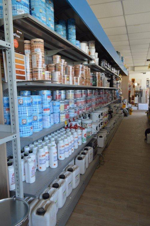Grande scaffali piena di prodotti correlati con la pittura, la sua applicazione e pulizia