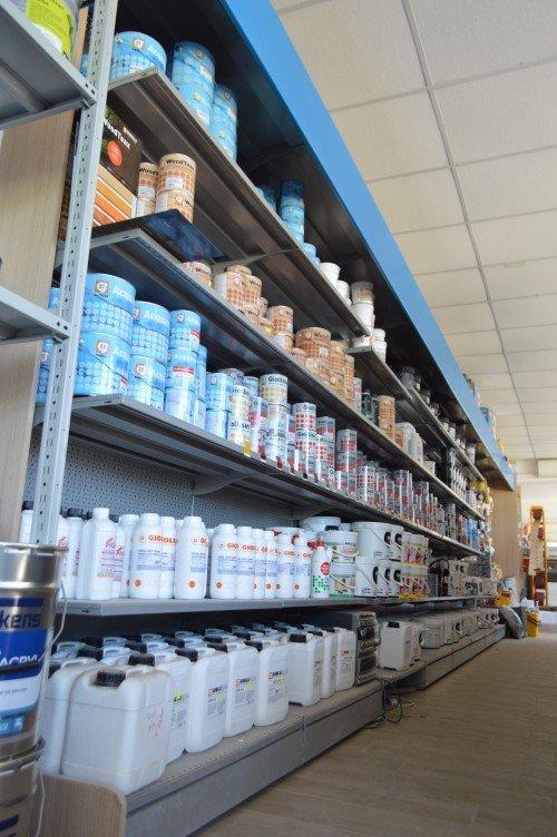 Grande scaffali piena di prodotti correlati con la pittura, la sua applicazione e pulizia da un altro angolo