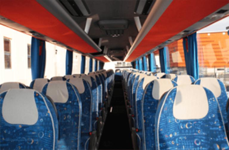 Interno del Pullman con i sedili tappezzati in blu