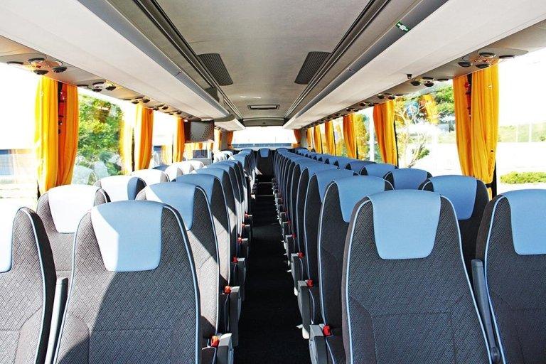Interno del Pullman con i sedili tappezzati di grigio e blu