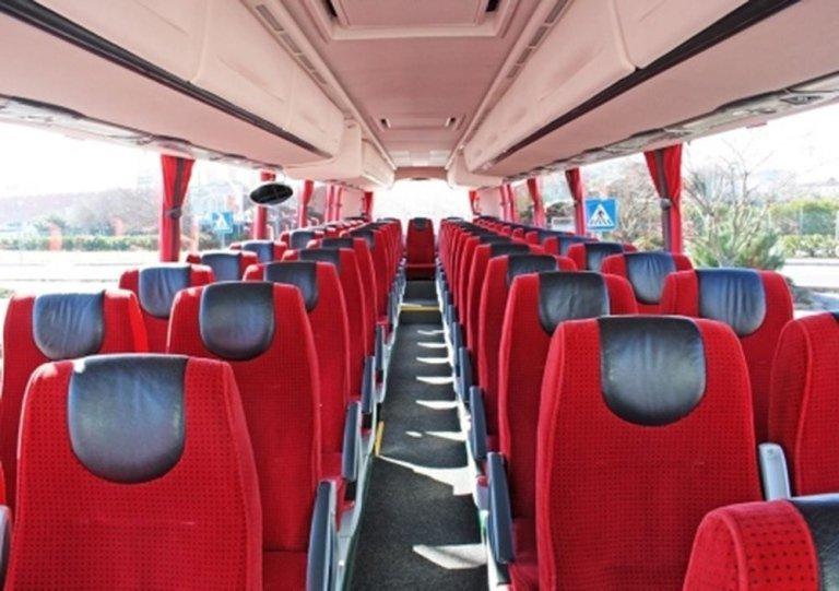 Interno del Pullman con i sedili tappezzati di rosso e nero
