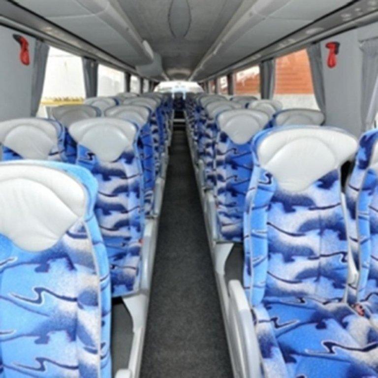Interno del Pullman con i sedili tappezzati di blu e bianco