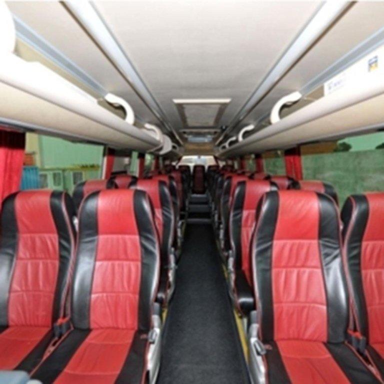 Interno del Pullman con i sedili tappezzati di colore rosso e nero