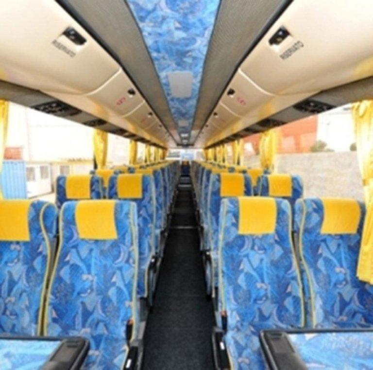 Interno del Pullman con i sedili tappezzati di blu e giallo