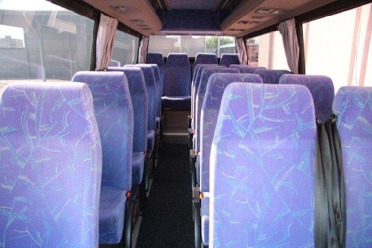 Interno del minibus con i sedili lilla e blu