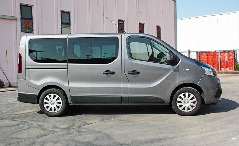 Foto de la minivan grigia