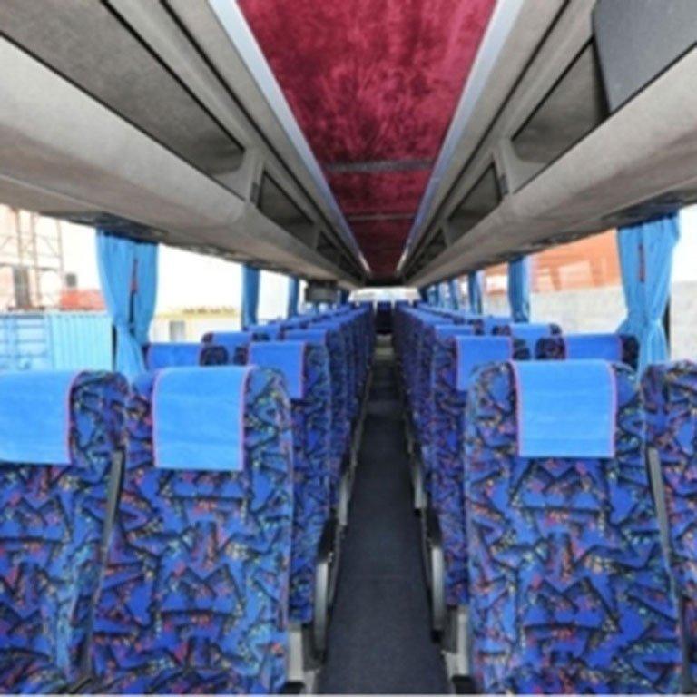 Interno del Pullman con i sedili tappezzati di blu e nero