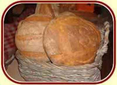 Pane tipico locale in paniere di vimini.