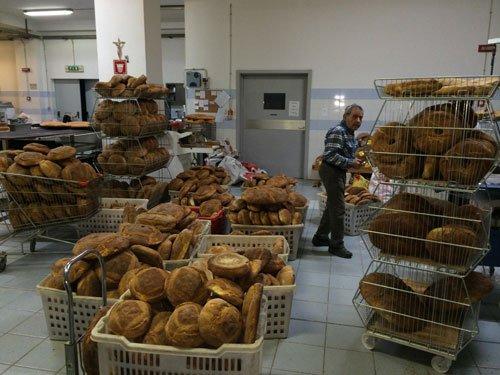 Interno del laboratorio con pane appena sfornato