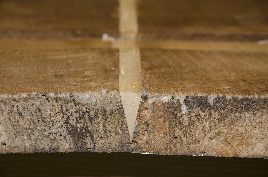 Coltello nel tavolo di legno