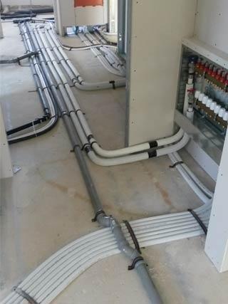 sistema di tubazioni su pavimento