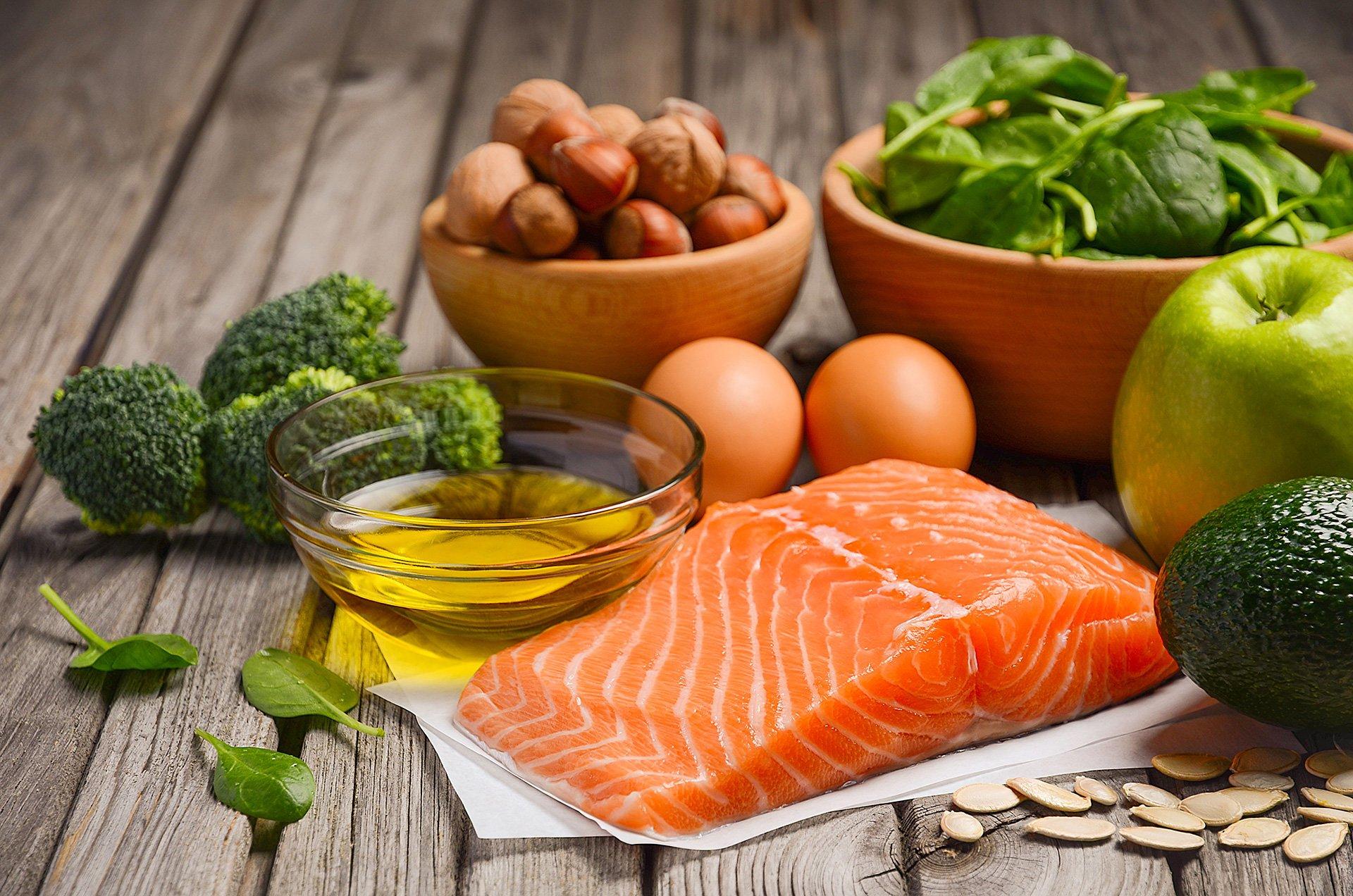 filetto di salmone,bacinella di olio, broccoli, 2 uova, nocciole del basilico una mela verde e un avocado