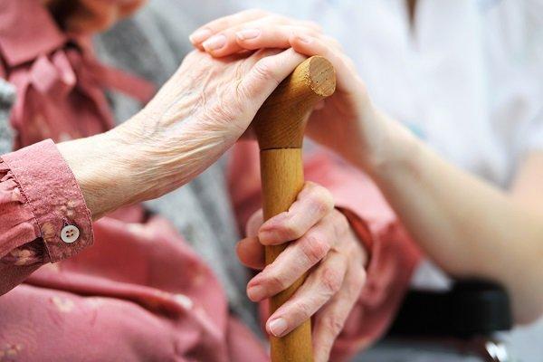 signora anziana con bastone da passeggio