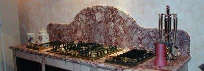 fornello con parete in marmo