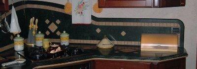 decorzioni in marmo sulla parete della cucina