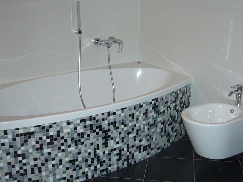 Mosaici per bagni realizzare bagno con mosaico in - Mosaico grigio bagno ...