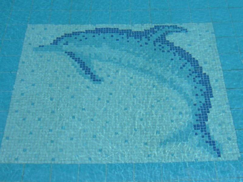 Fondale piscina con rivestimento in mosaico