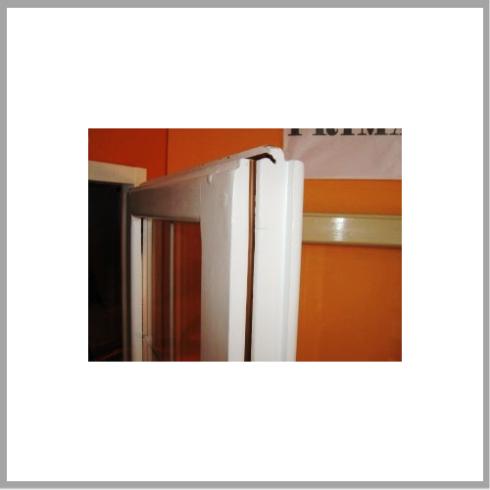 Particolare della finestra con inserimento vetri su vecchio telaio