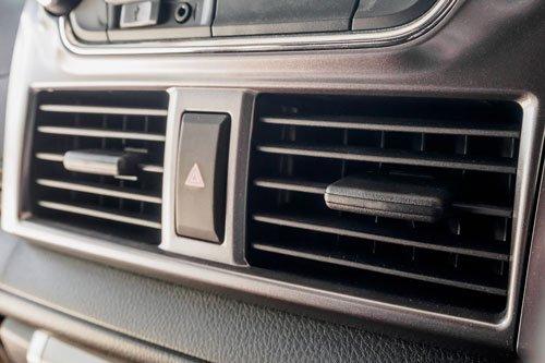 vista ravvicinata dei bocchettoni dell'aria condizionata di una macchina