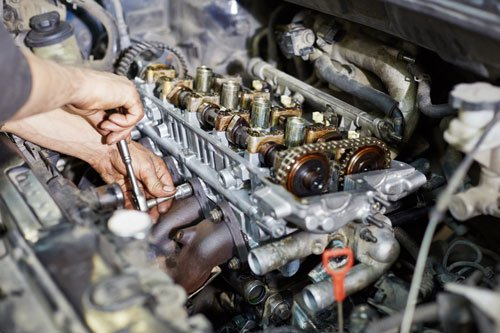 un meccanico che avvita un bullone di un motore
