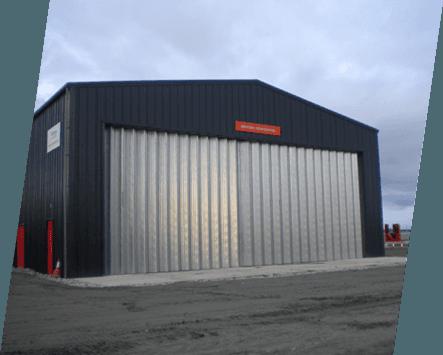 Horizontal folding doors on a hangar