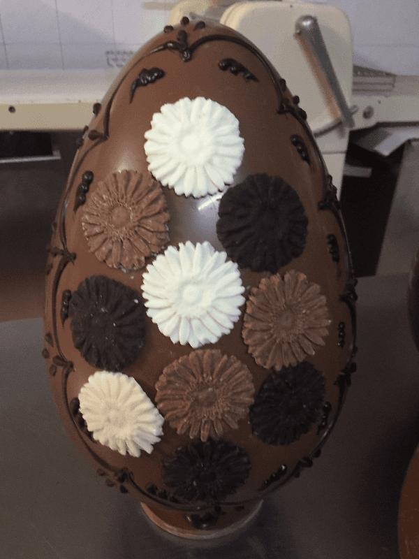 uovo al cioccolato decorato