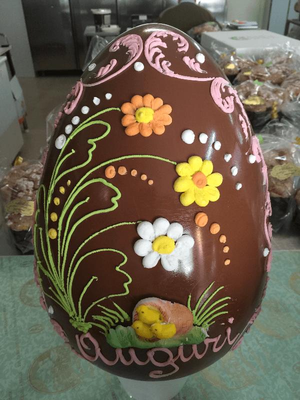 uovo di cioccolato decorato con fiori