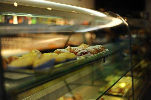 vetrina di un bar con paste dolci