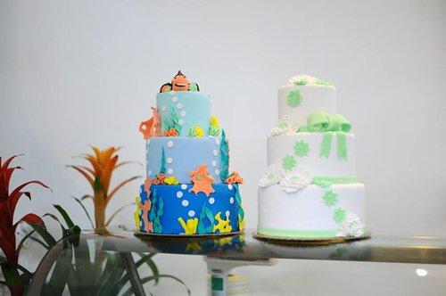 due torte di tre piani con fondant
