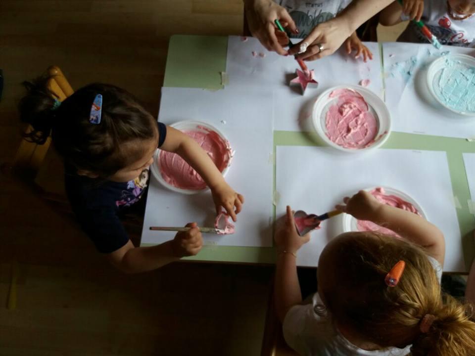 bambini mentre pitturano