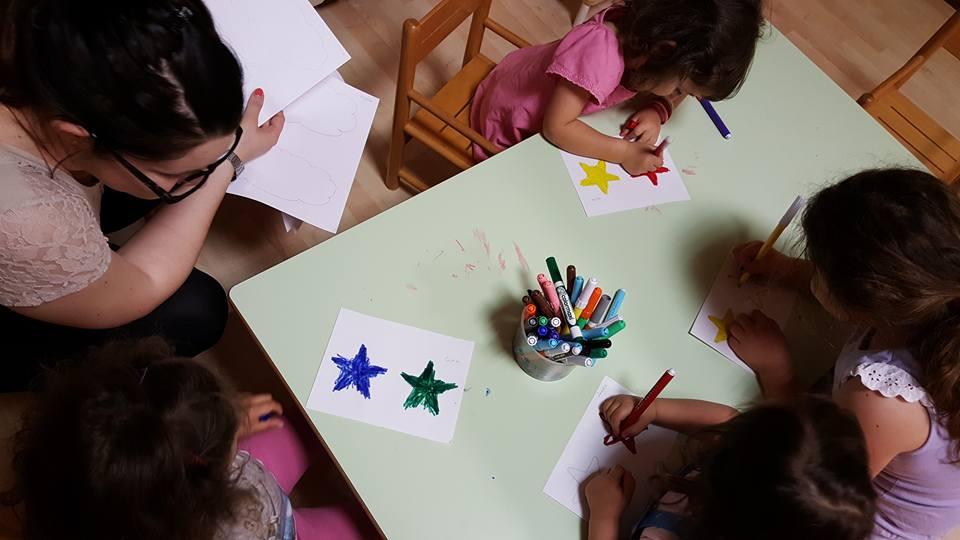 bambini mentre disegnano