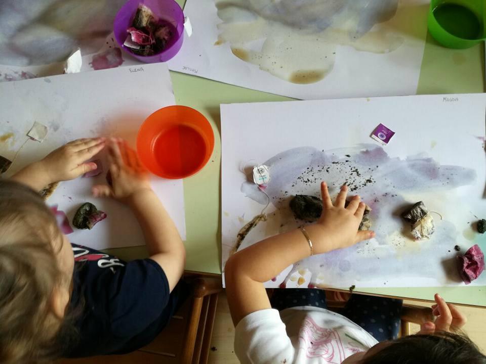 bambini mentre colorano