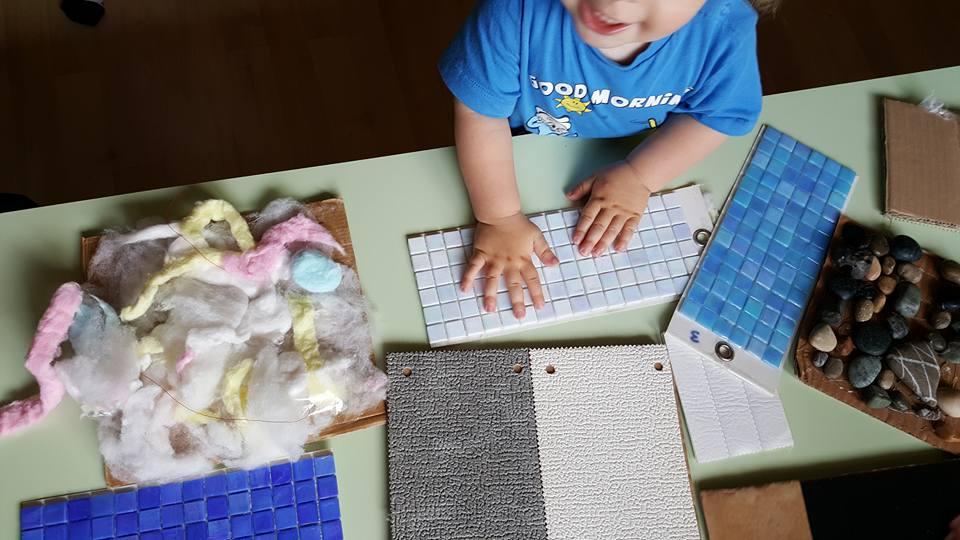 bambino mentre impara a progettare con dei pannelli