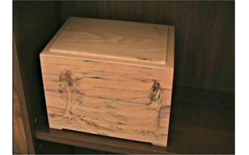 urna funeraria in legno decorata