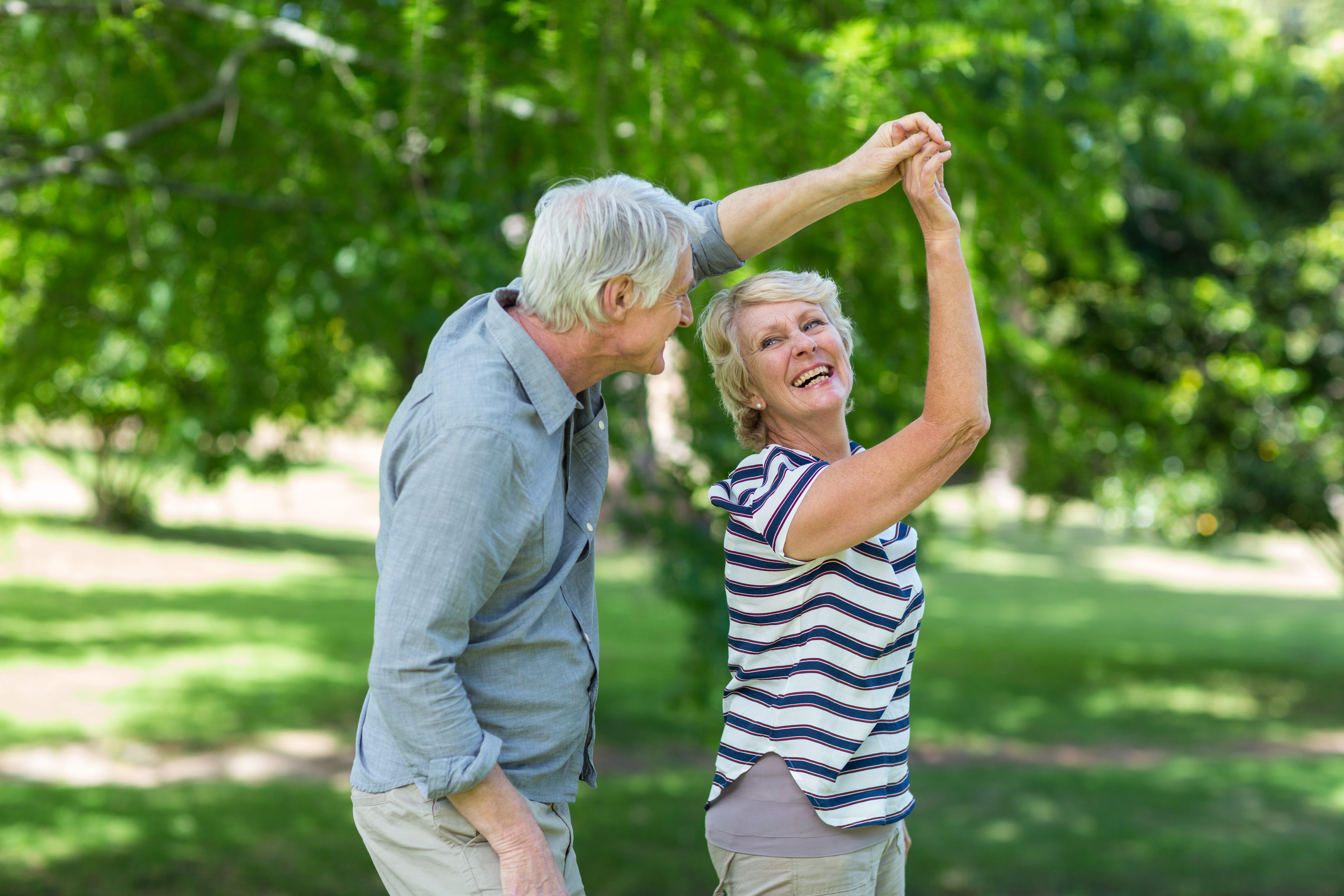 Anziano coppia di ballo nel parco