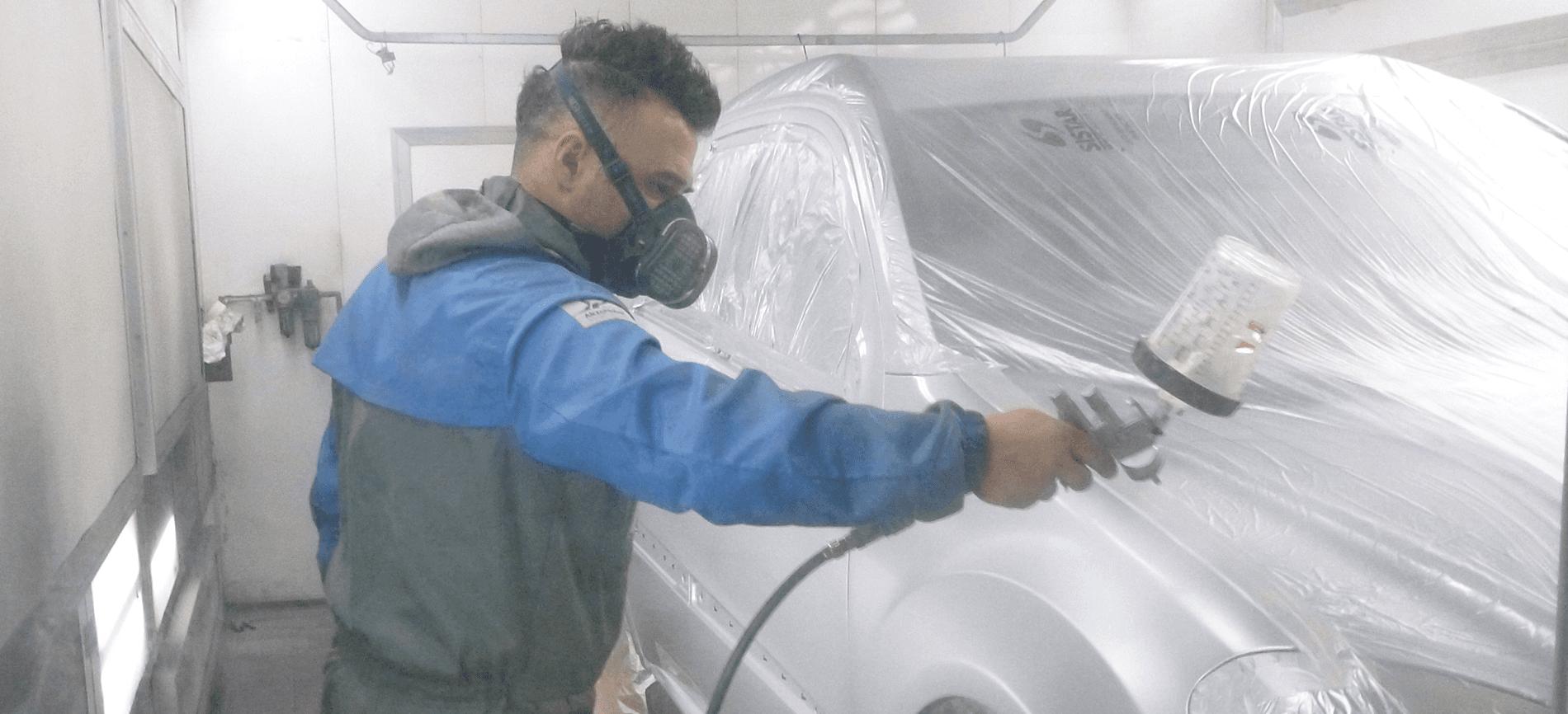Carrozziere dipinge auto
