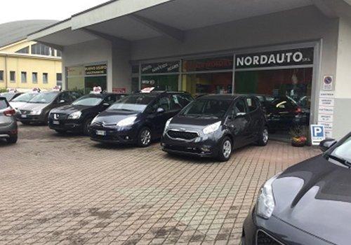 le macchine parcheggiate fuori da Nordauto