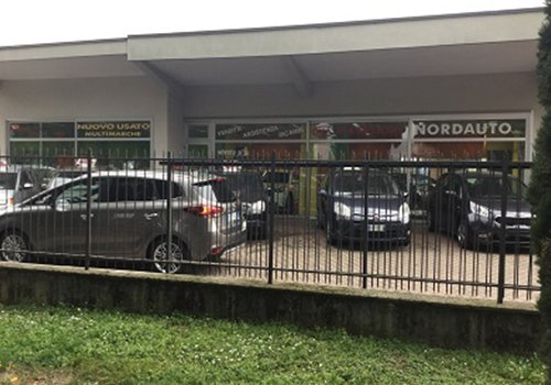 delle macchine parcheggiate fuori da Nordauto