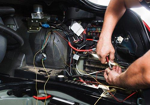 un lavoro con dei fili elettrici all'interno di un'auto