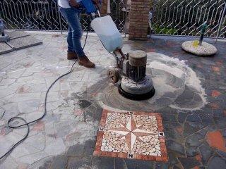 mosaico pietra lavica pulito con monospazzola