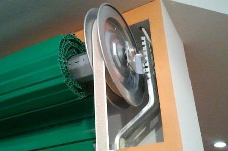 Primo piano della ruota dell'ingranaggio di una persiana elettrica
