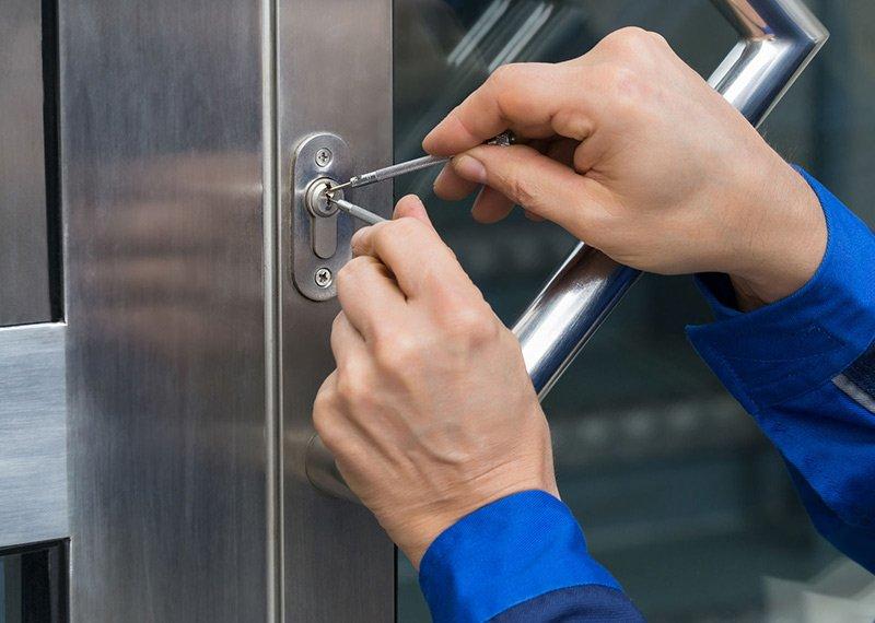 Cercando di aprire una serratura con due piccoli cacciaviti