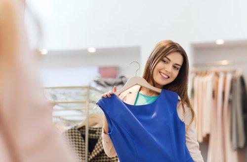 donna provandosi un vestito