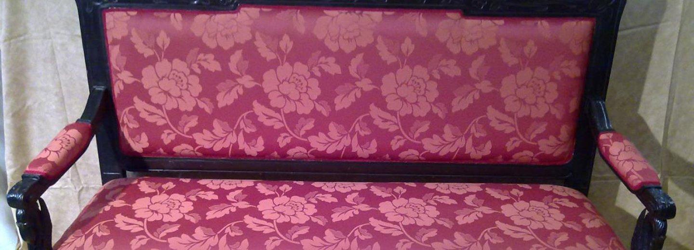 divano trapuntato rosa con fiori