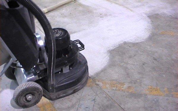 Asportazione di strisce su pavimento industriale