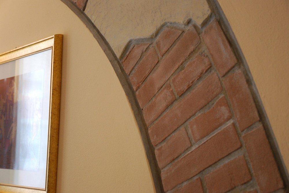 una creazione di mattoni a vista su una parete