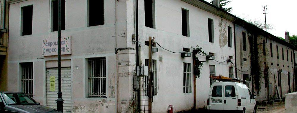 un edificio e un furgone parcheggiato