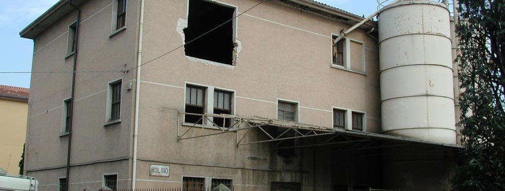 un edificio con una parte di facciata abbattuta