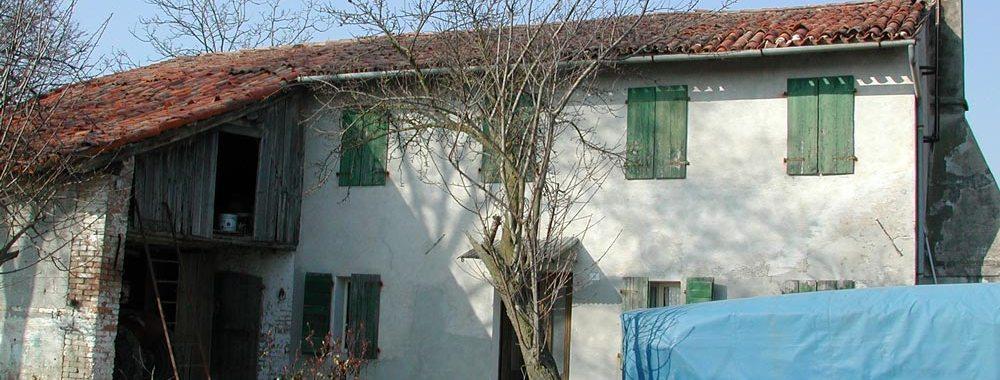 una casa e un albero spoglio
