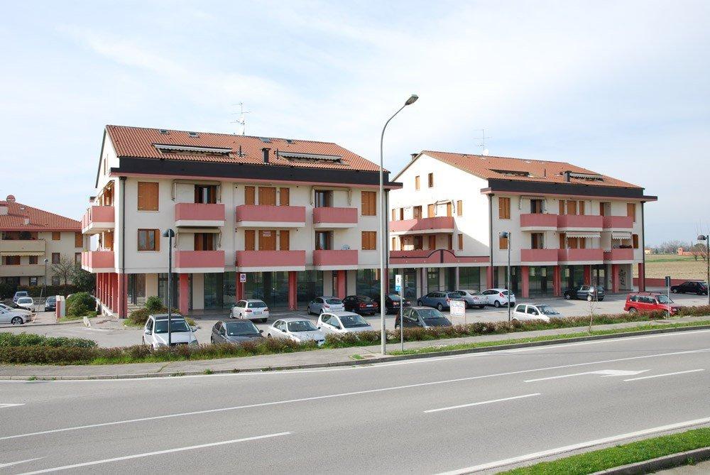 una strada e delle case in lontananza